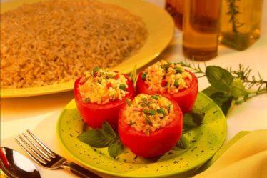 Tomate recheado com risoto integral