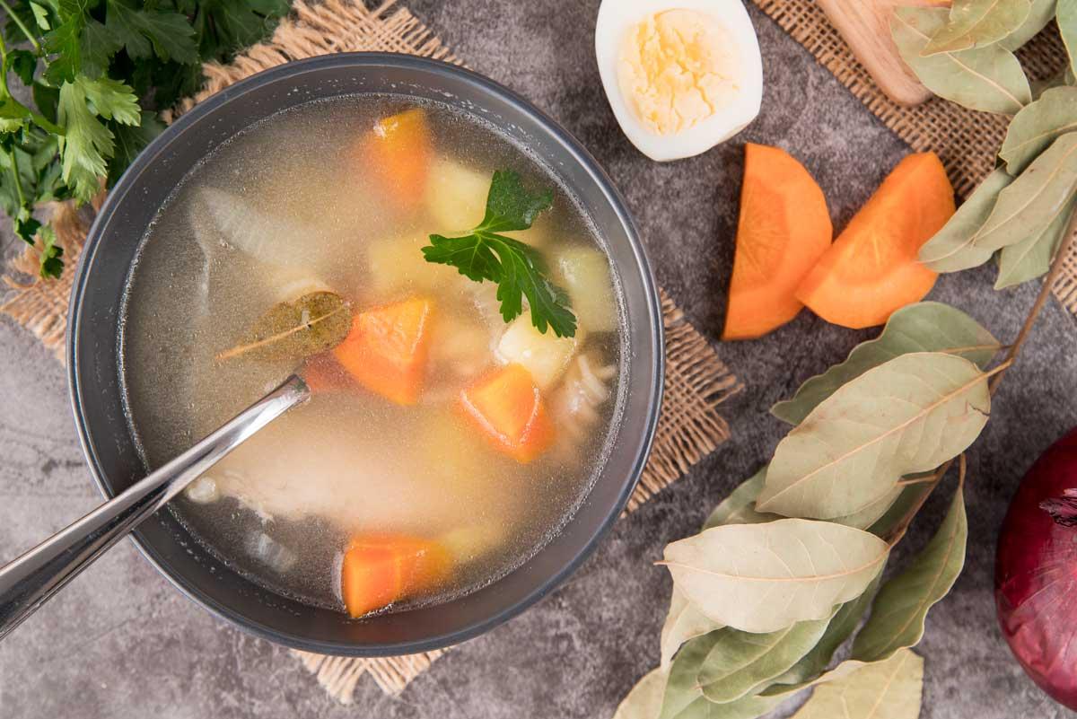 Aprenda como fazer um caldo caseiro de legumes para risoto